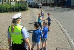 Kita-Kinder unterwegs mit einer Verkehrspolizistin