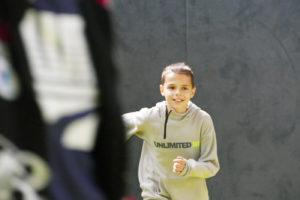 Ein Junge rennt durch eine Sporthalle